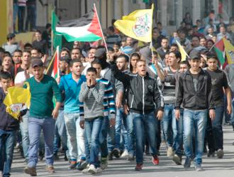 Palestinians marching from Ramallah toward the Qalandiya checkpoint as part of the #On2Jerusalem march (Sarah Levy | SW)